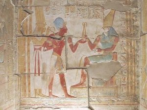 Sethos I. mit Isis empfängt königliche Zepter von Horus - Totentempel des Sethos in Abydos